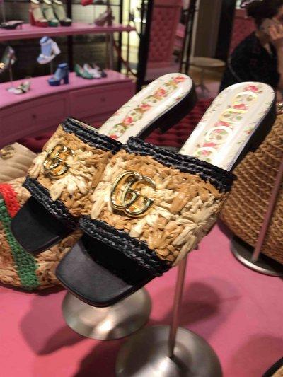 Gucci - Mules pour FEMME Claquettes en raphia à plaque GG Jolie online sur Kate&You - 1286171 K&Y1507